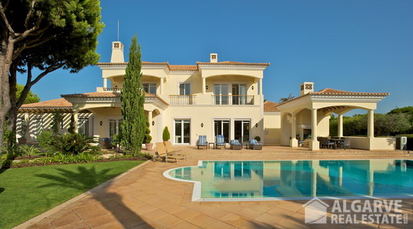 Villa V5 en venta con vistas al golf y mar • Quinta do Lago