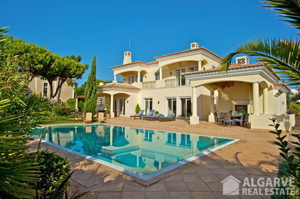 Villa V5 en venta con vistas al golf y mar • Quinta do Lago - 10806